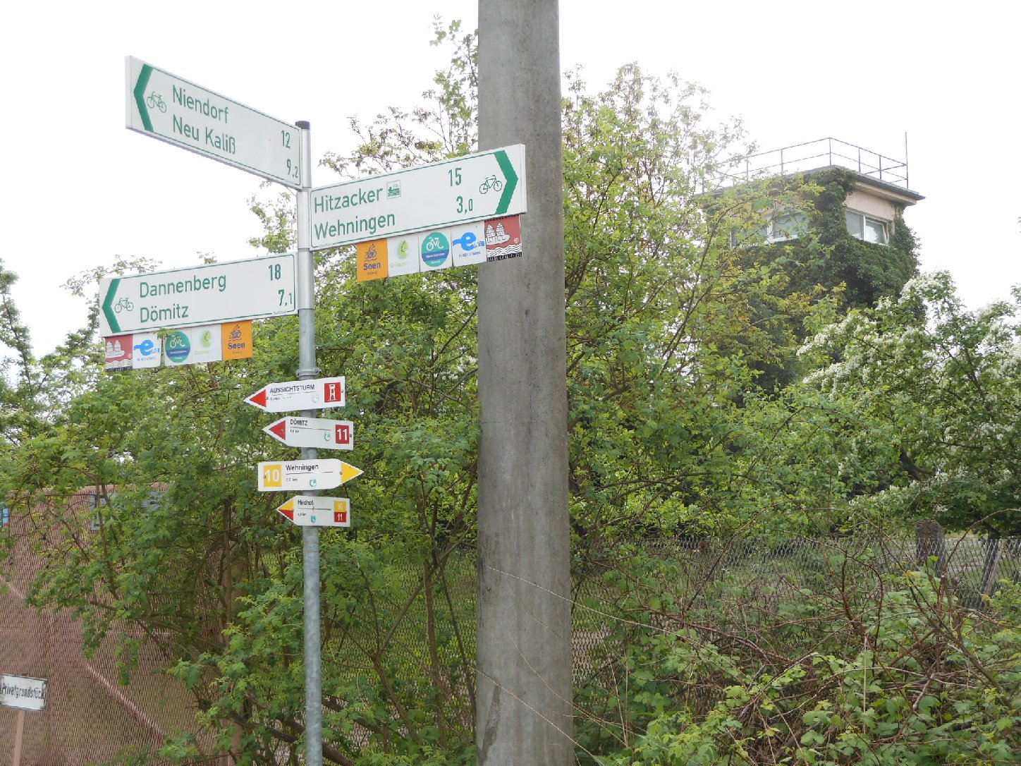 Wegweiser und alter Grenzturm