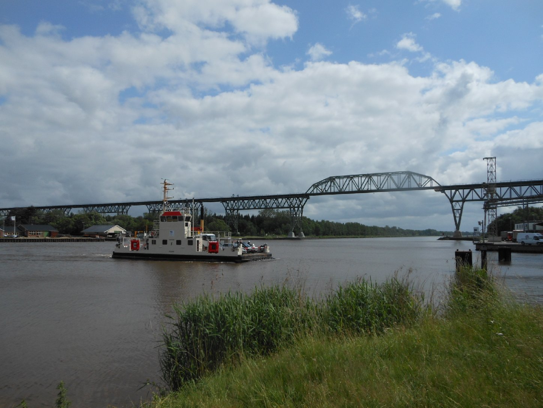 Fähre und Eisenbahnhochbrücke Hochdonn