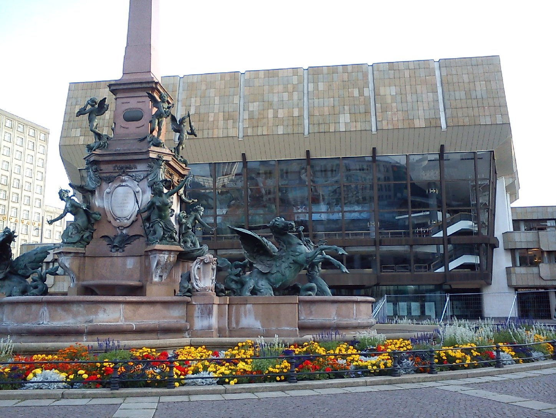 Gewandhaus mit Mendebrunnen