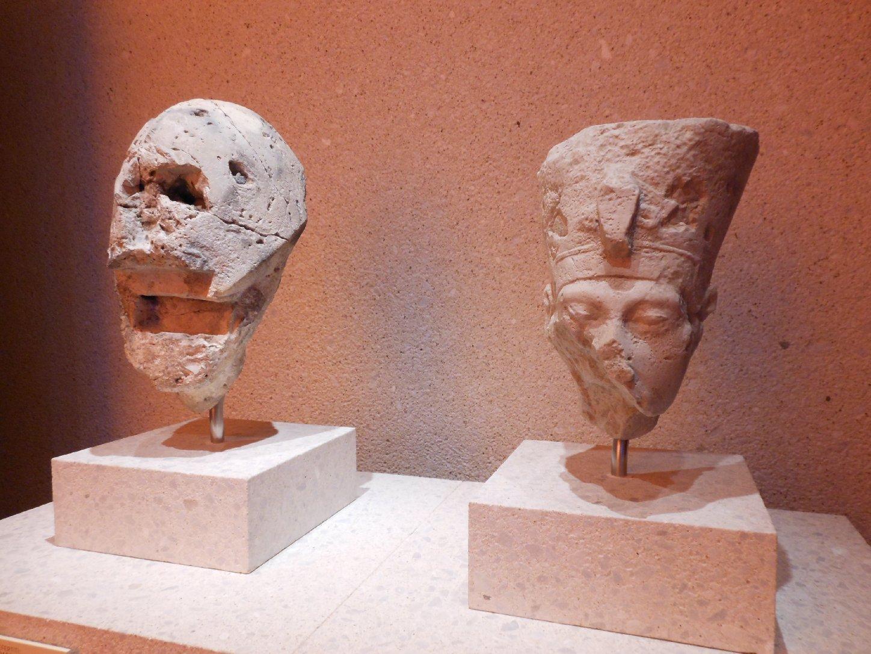 Echnaton und Nofretete (von einer Grenzstele)